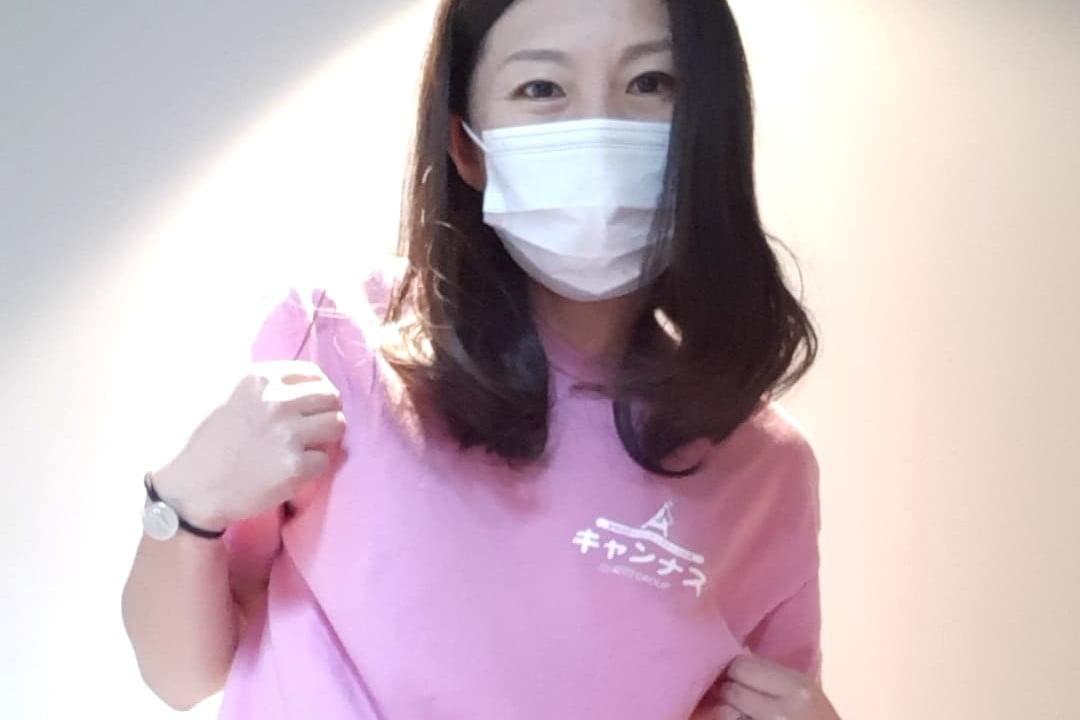 キャンナスのユニフォームを着た看護師の冨永久美恵