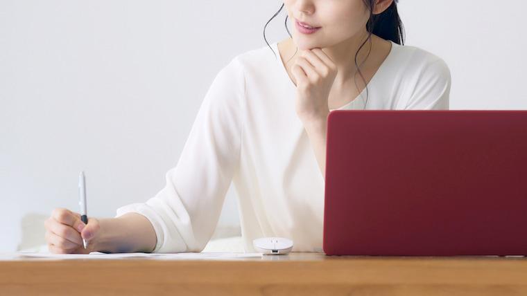 女性が記事を書く写真